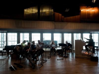 Ensemble Scala bereidt zich voor op een concert in de Kleine Zaal van het Muziekgebouw aan het IJ.