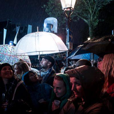 Publiek in de regen tijdens het Prinsengrachtconcert 2017 (before use please contact Renske Vrolijk)